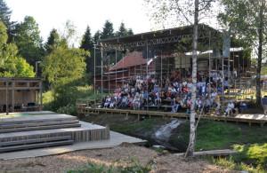 Publiken börjar komma på plats, läktare och scen smälter väl in i miljön.